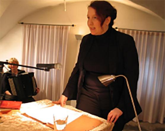 Anja Bilabel trug, begleitet von Claudia Buder am Akkordeon (links), im Gewölbekeller Gedichte und Prosa von Christian Morgenstern vor. Foto: Helmut Rauer