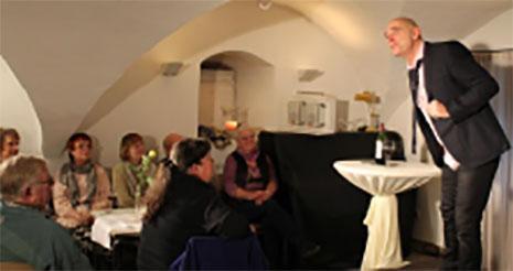 Im ausverkauften Gewölbekeller unterhielt Kabarettist und Comedian Frank Sauer mit seinem Programm über richtige und falsche Entscheidungen. Foto: Annabell Jatzke