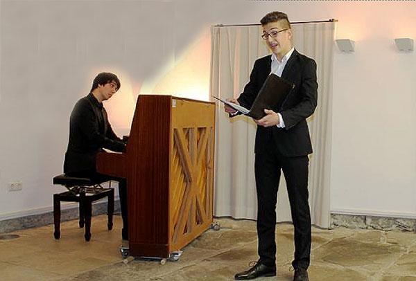 Der 15-jährige Fynn Köhler begeisterte im Gewölbekeller von Haus Letmathe mit seiner Bariton-Stimme. Foto: Annabell Jatzke