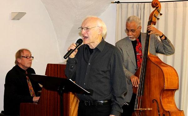 Literarisch-musikalische Lebenshilfe leistete Peter Bochynek, hier mit Werner Geck am Piano und Leonard Jones am Kontrabass. Foto: Annabell Jatzke