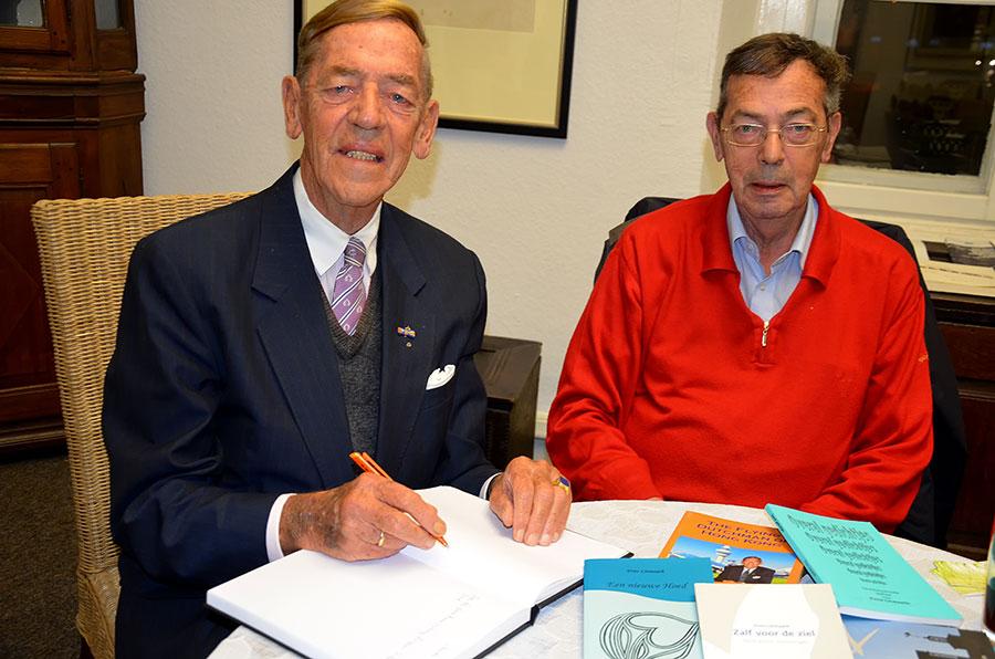 Joop Litmaath und Frits Litmaatht - Joop Litmaath trägt sich in das Gästebuch des Heimavereins Letmathe ein