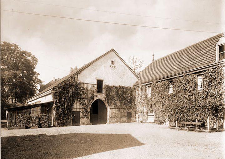 Haus Letmathe - Wirtschaftsgebäude ca. 1918. Das Gebäude rechts wurde abgerissen, die Tenne in der Bildmitte steht heute im Freilichtmuseum in Hagen
