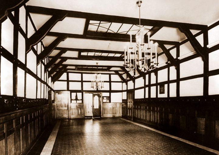 """Innenansicht """"Tenne"""" - die Tenne ist ein ehemaliges Nebengebäude von Haus Letmathe. Das Gebäude wurde 1974 abgebrochen und im Freilichtmuseum Hagen wieder aufgebaut."""